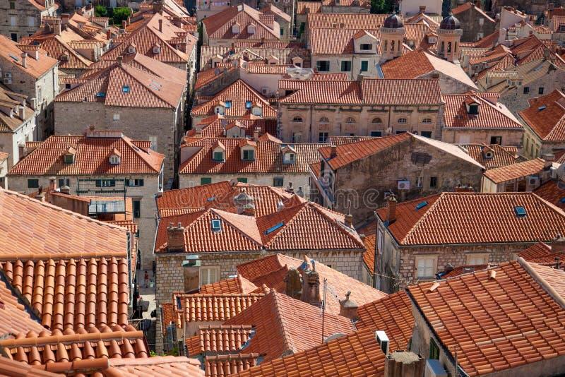 Partes superiores em Dubrovnik, Croácia do telhado da terracota imagens de stock royalty free