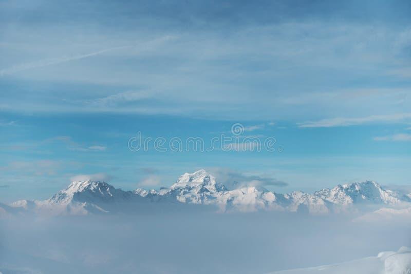 Partes superiores nevado da montanha imagem de stock