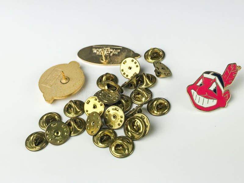 Partes traseiras de Cleveland Indians Lapel Pin e do Pin imagens de stock royalty free