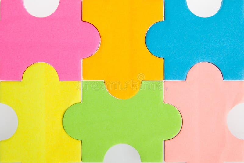 Partes vazias coloridas do enigma imagem de stock