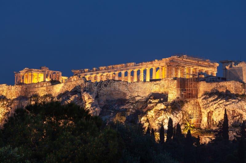 Parthenon en la colina de la acrópolis de Atenas en la noche, herencia histórica imágenes de archivo libres de regalías