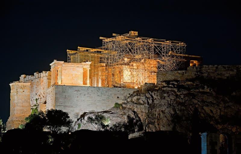 Parthenon en la colina de la acrópolis, Atenas, Grecia en la noche fotos de archivo