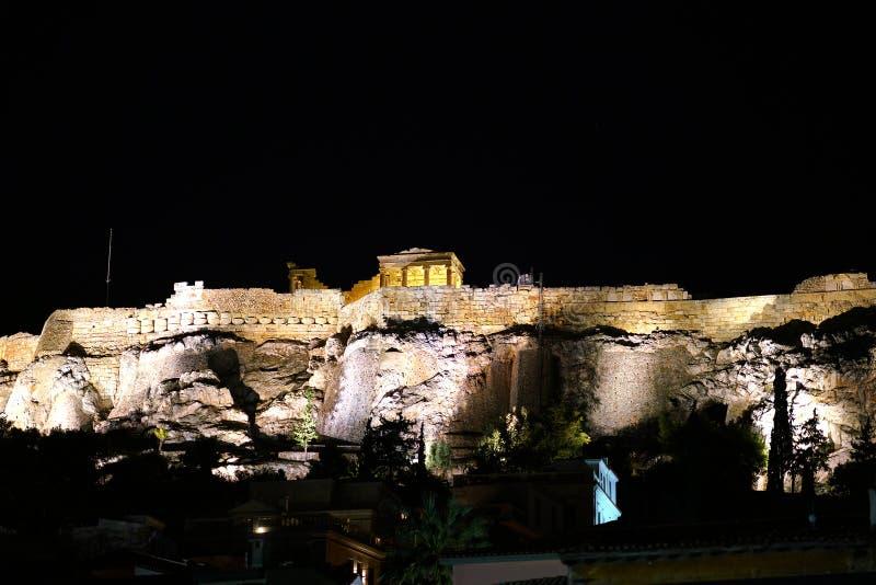 Parthenon nachts gesehen von Monastiraki lizenzfreie stockbilder