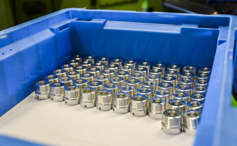 Parti d'acciaio industriali in una scatola immagini stock libere da diritti
