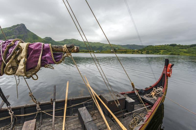 Parti delle navi ricostruite di Viking nel confine del lago salato Innerpollen nell'isola di Vestvagoy dell'arcipelago di Lofoten fotografia stock libera da diritti