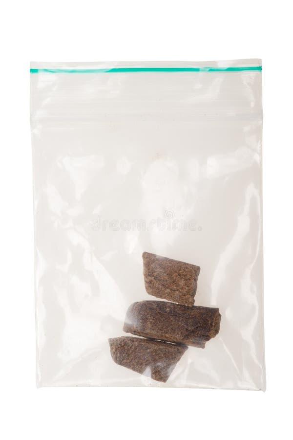 Parti di hashish in un sacchetto di plastica immagine stock libera da diritti