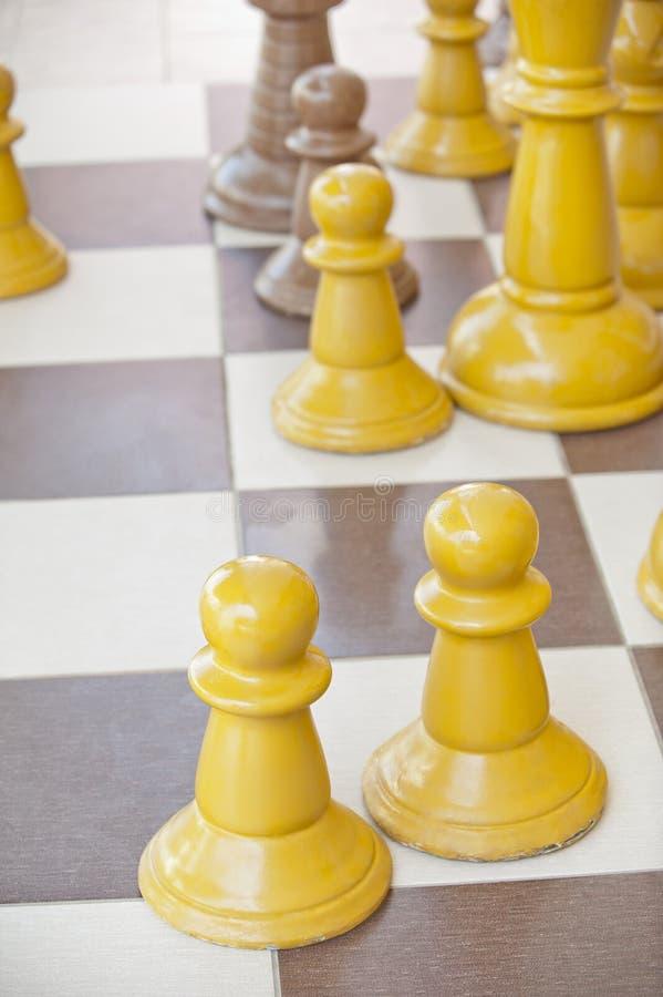 Parti di scacchi su una tabella immagini stock