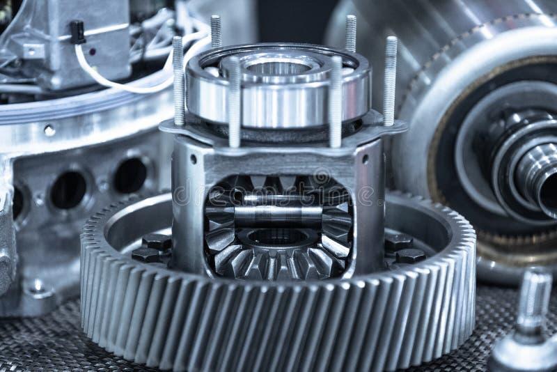 Parti di trasmissione dell'automobile di Ekectric durante la manutenzione Blu tonificato immagini stock