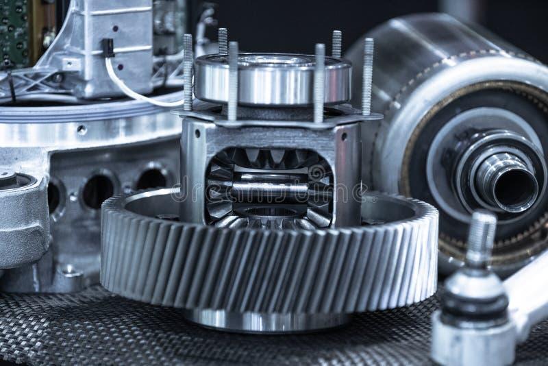 Parti di trasmissione dell'automobile di Ekectric durante la manutenzione Blu tonificato fotografie stock