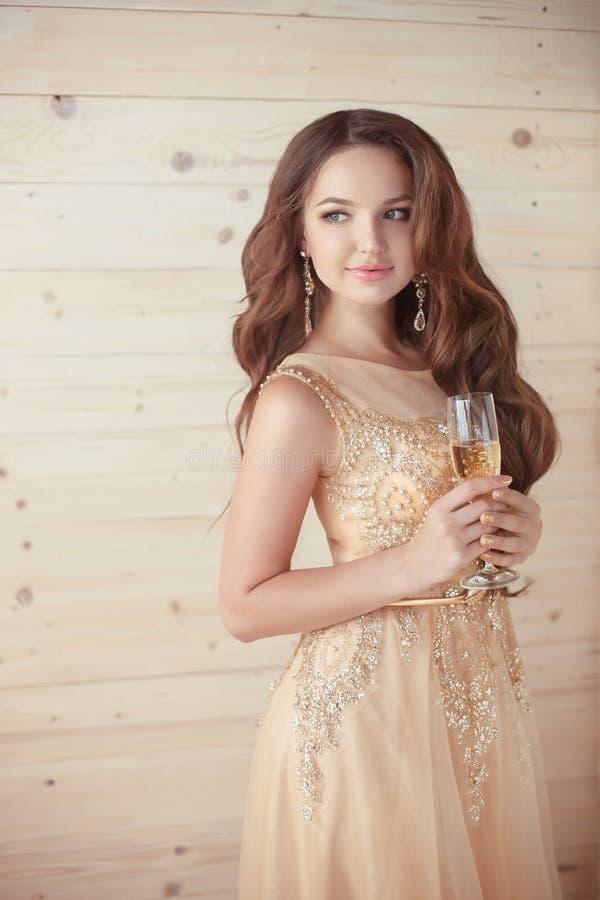 Parti drinkar Härlig elegant kvinna i aftonklänning med gla royaltyfria foton