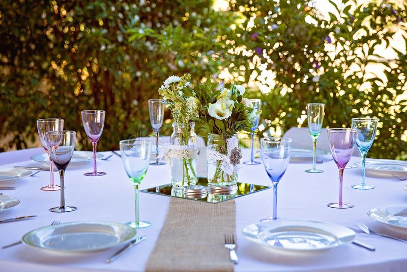 Parti eller brud- tabell i en Bushland inställning royaltyfri foto