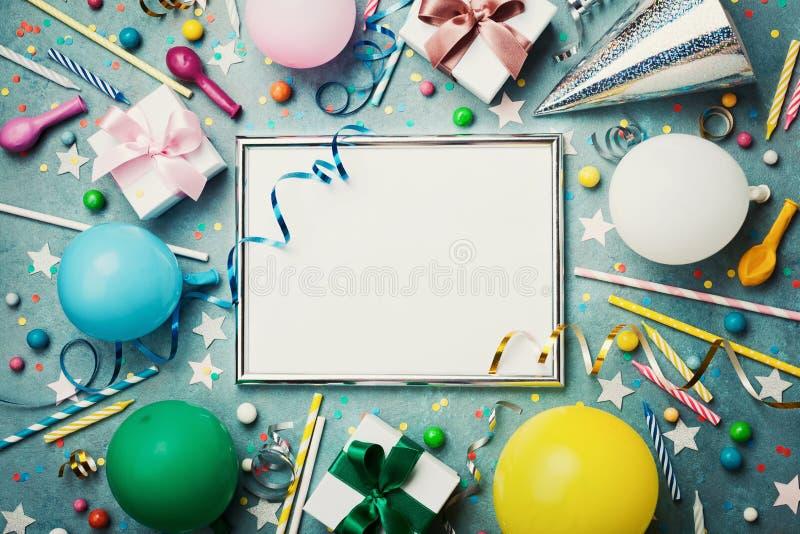 Parti- eller födelsedagbakgrund Försilvra ramen med den färgrika ballongen, gåvaasken, karnevallocket, konfettier, godisen och ba royaltyfria bilder