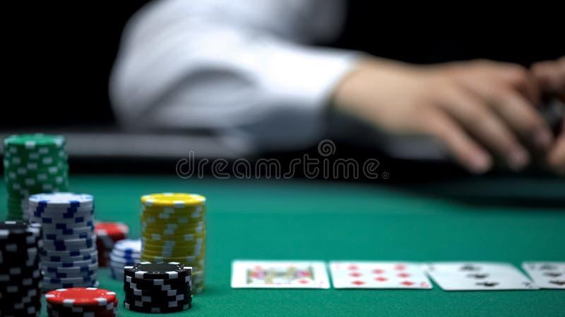 Partia pokera przy zielonym stołem przy kasynem, sterty układy scaleni, karty, uprawia hazard biznes zdjęcie stock