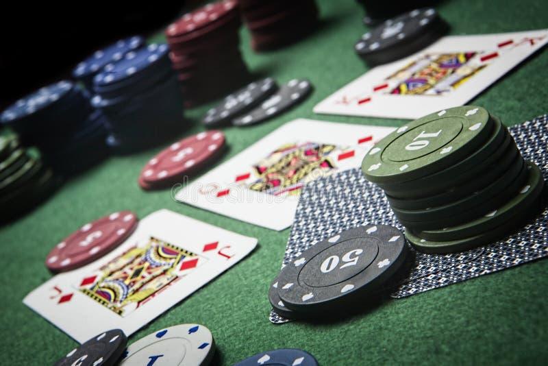Partia pokeru ciekawi z ewentualną wygraną kombinacją na zielonym tle zdjęcie stock
