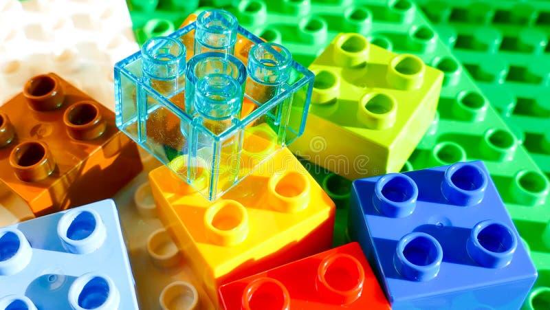 Particelle elementari variopinte - fondo di lego fotografie stock