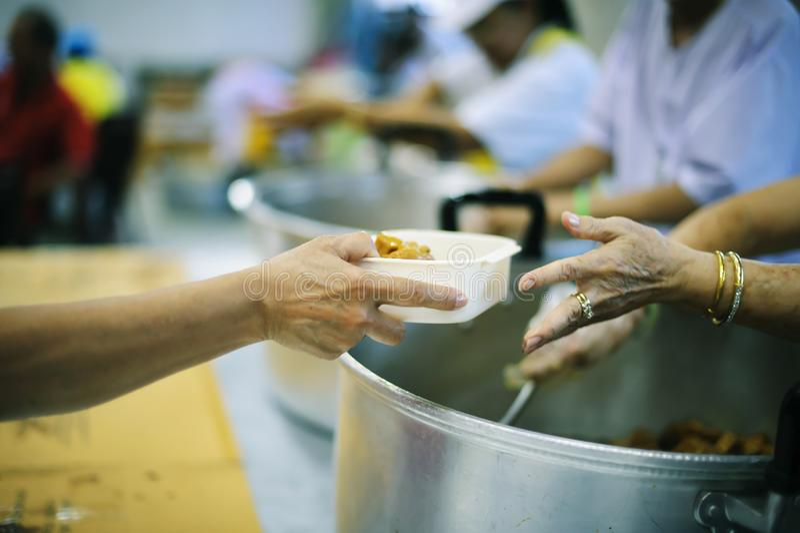 Participação em compartilhar o alimento para os pobres: o conceito da falta de alimentos no mundo foto de stock