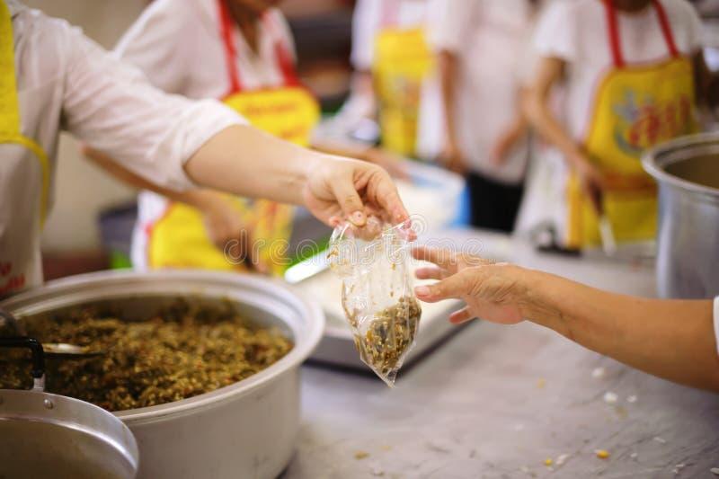 Participação em compartilhar o alimento para os pobres: o conceito da falta de alimentos no mundo imagem de stock