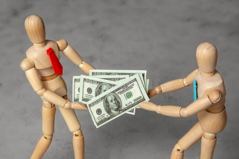 Participação nos lucros entre sócios Dois homens de negócios dividem dólares do dinheiro entre se Luta para o dinheiro foto de stock royalty free
