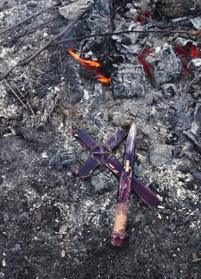 Participación y cruz de madera por el fuego, tema del vampiro imagenes de archivo