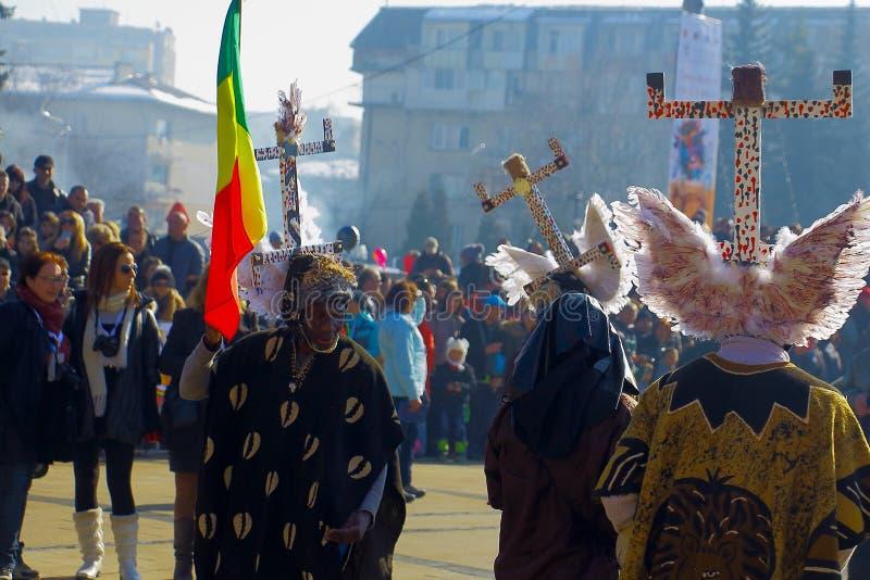 Participansts de Kukeri dans le festival de Surva dans Pernik, Bulgarie photo libre de droits