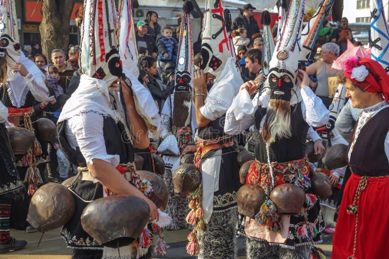 Participansts för `-Kukeri ` i den Surva festivalen i Pernik, Bulgarien arkivbilder