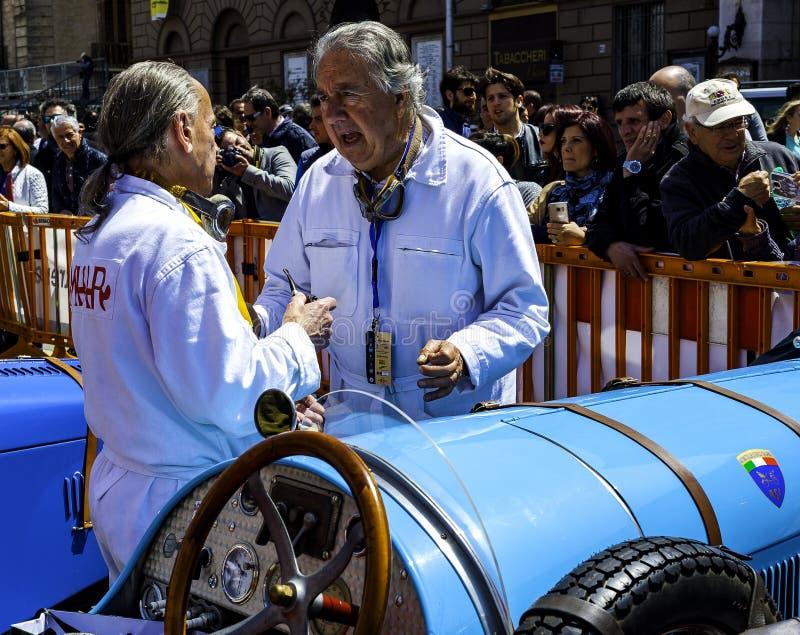 Participant à sa voiture de course à la concurrence dans la reconstitution historique photo libre de droits