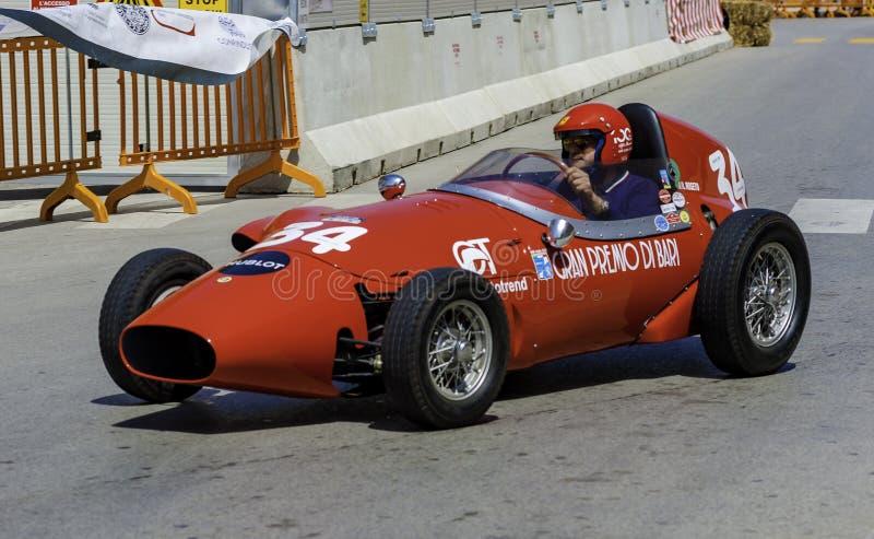 Participant à sa voiture de course à la concurrence dans la reconstitution historique photo stock