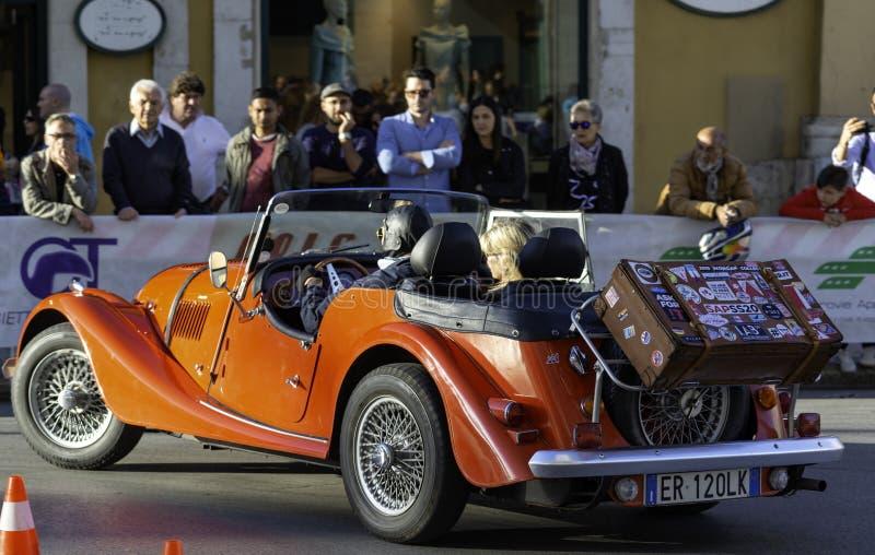 Participant à sa voiture de course à la concurrence dans la reconstitution historique de Grand Prix dedans photo stock