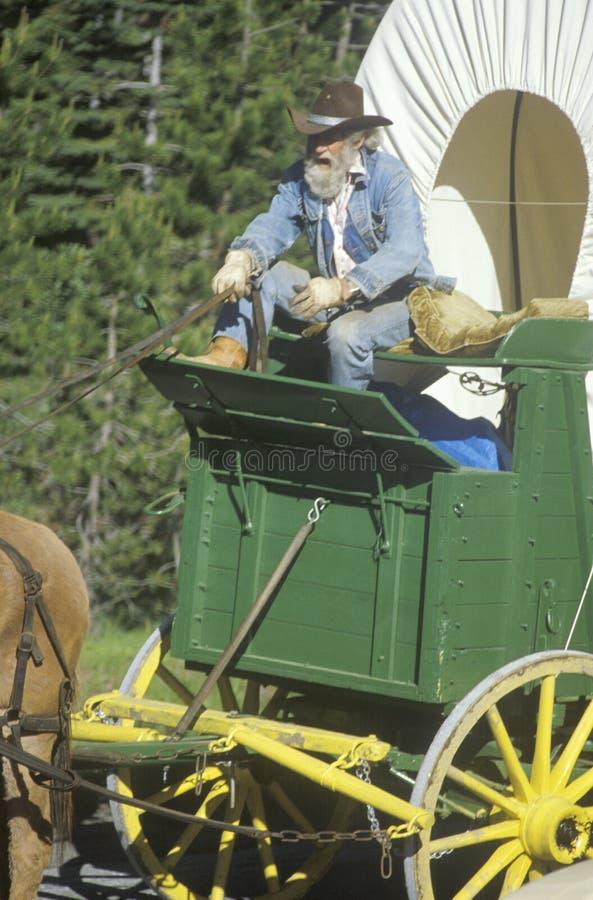 Participant historique au chariot pendant la reconstitution de wagon de train près de Sacramento, CA photo libre de droits