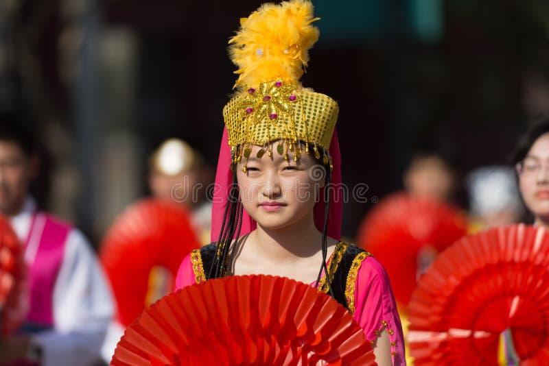 Participante con el traje típico durante el 117o dragón de oro imagen de archivo libre de regalías