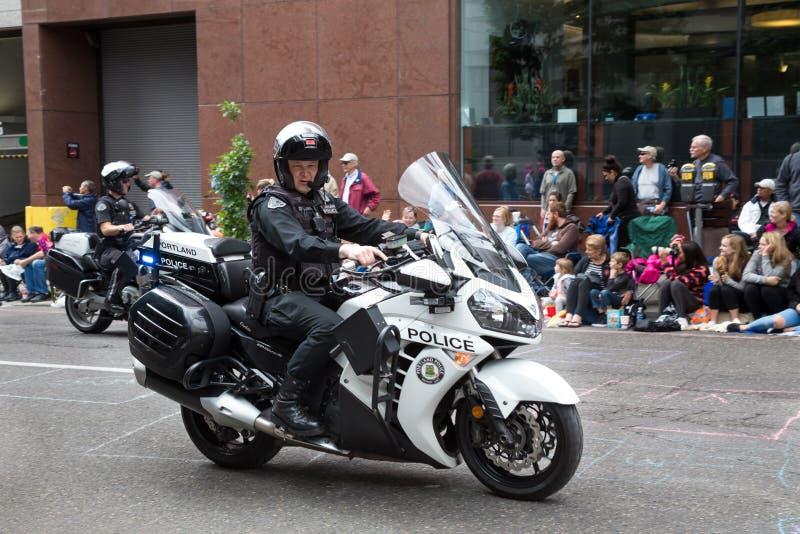 Participante de la policía de Portland en desfile floral magnífico foto de archivo