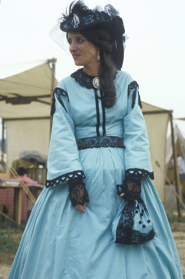 Participante fêmea no traje do vestido completo durante o reenactment da batalha de Manassas, Virgínia foto de stock