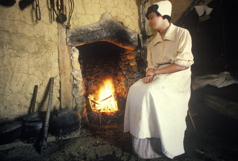 Participante que tende o fogo em Jamestown histórico, Virgínia, local do primeiro pagamento inglês foto de stock royalty free