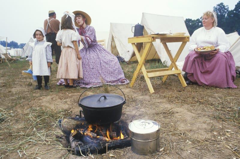Participantes confederados en escena del campo durante la reconstrucción de la batalla de Manassas, marcando el principio de la g imagen de archivo libre de regalías