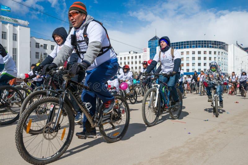 Participantes da demonstração da parada - a federação da ciclagem da república de Sakha Yakutia imagem de stock
