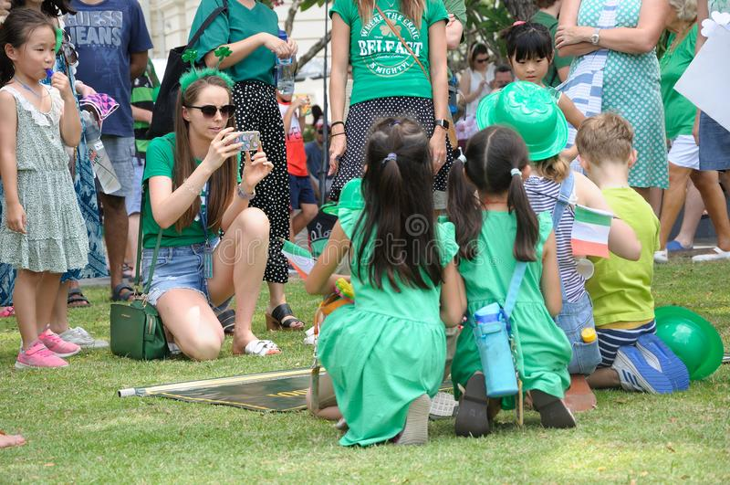 Participantes de Dover Court International School do dia do ` s de St Patrick em Singapura fotos de stock