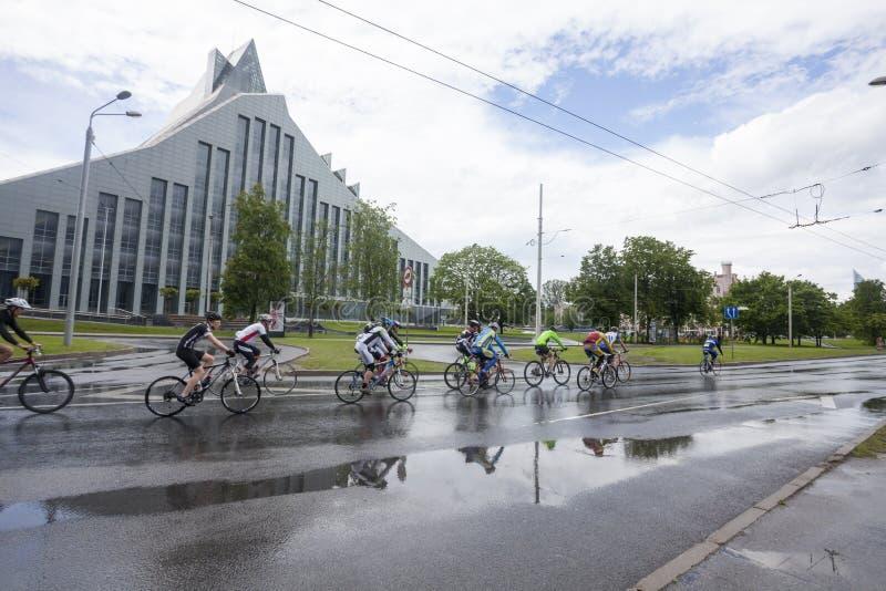 Participantes del maratón de ciclo de Riga imágenes de archivo libres de regalías