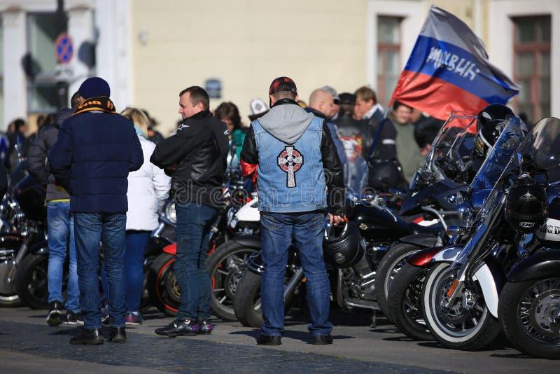 Participantes del movimiento del motorista de la ciudad de Tikhvin con sus motocicletas cerca de la pared del edificio del estado imagenes de archivo