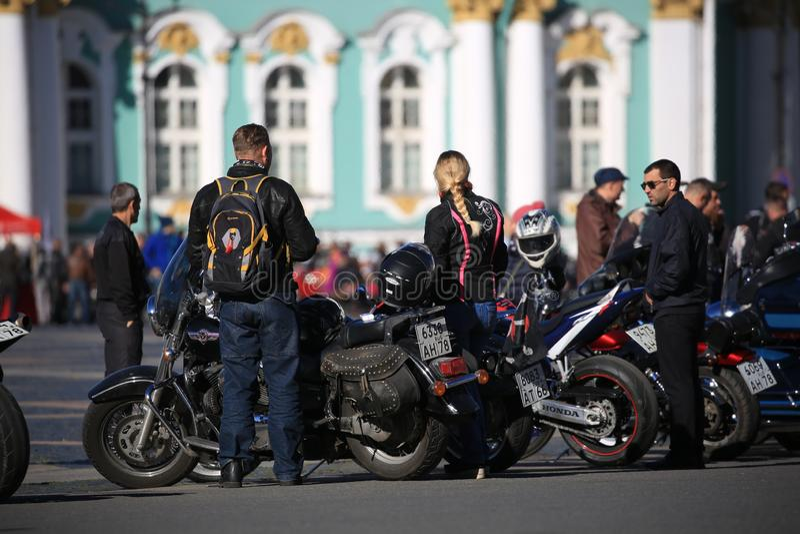 Participantes del movimiento del motorista de St Petersburg con sus motocicletas en el fondo del edificio de la ermita foto de archivo libre de regalías