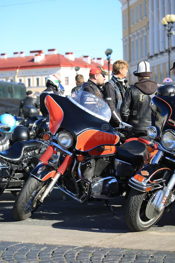 Participantes del movimiento del motorista de St Petersburg y de sus motocicletas fotos de archivo
