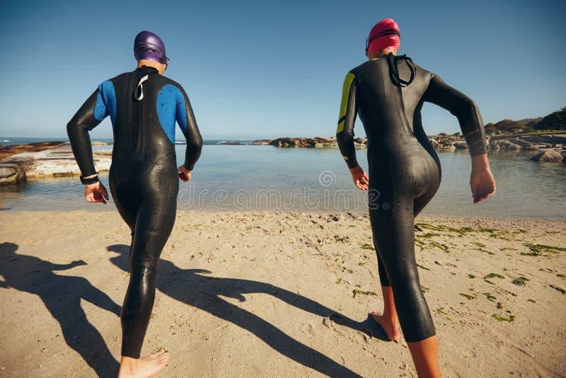 Participantes del Triathlon listos al comienzo de la raza fotografía de archivo libre de regalías