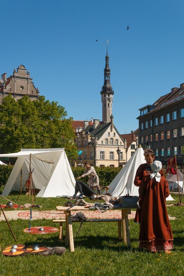 Participantes del viejo ` de los días de la ciudad del ` anual del festival en el corazón de la ciudad vieja en Tallinn foto de archivo libre de regalías