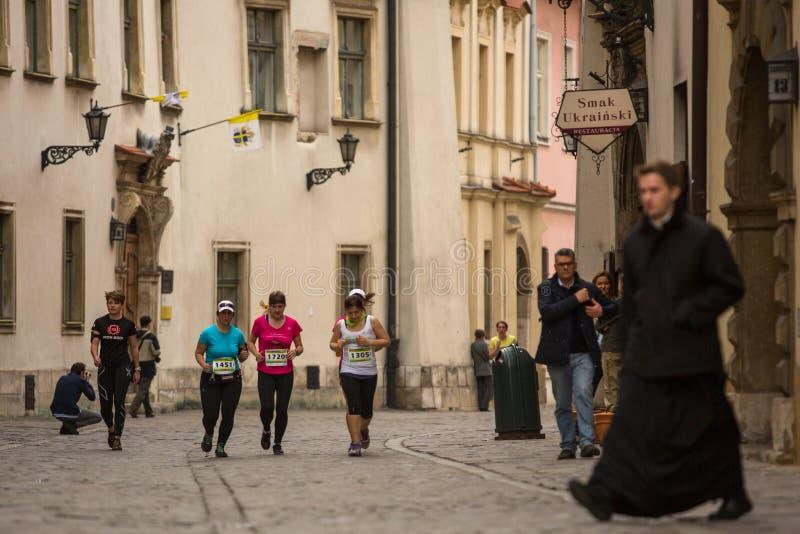 Participantes durante el maratón anual del international de Kraków fotografía de archivo libre de regalías