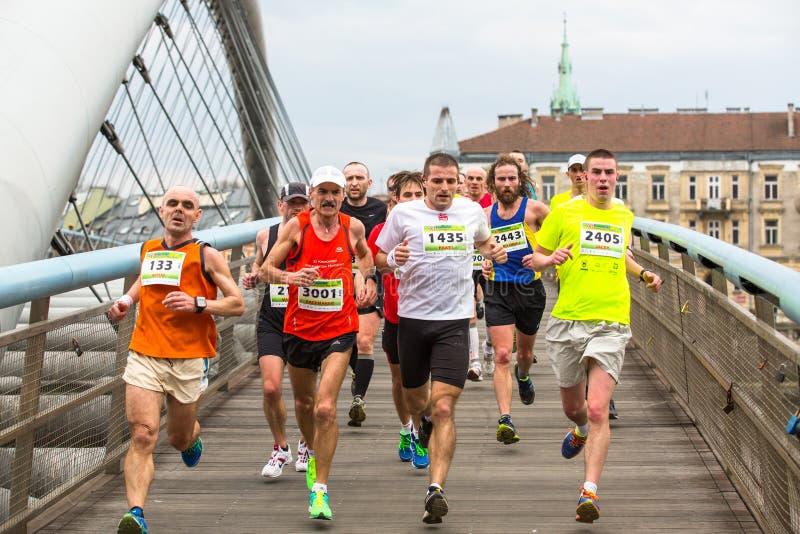 Participantes durante el maratón anual del international de Kraków foto de archivo