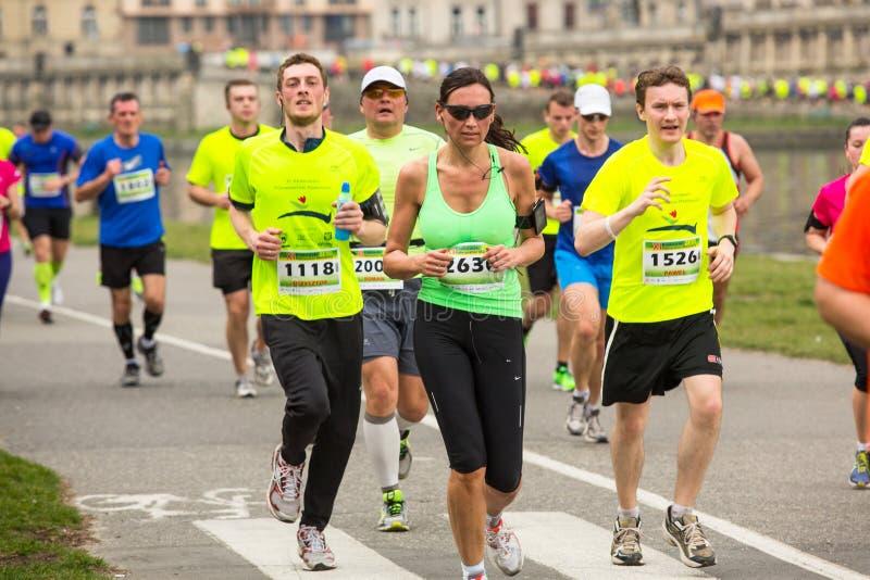 Participantes durante el maratón anual del international de Kraków imagenes de archivo