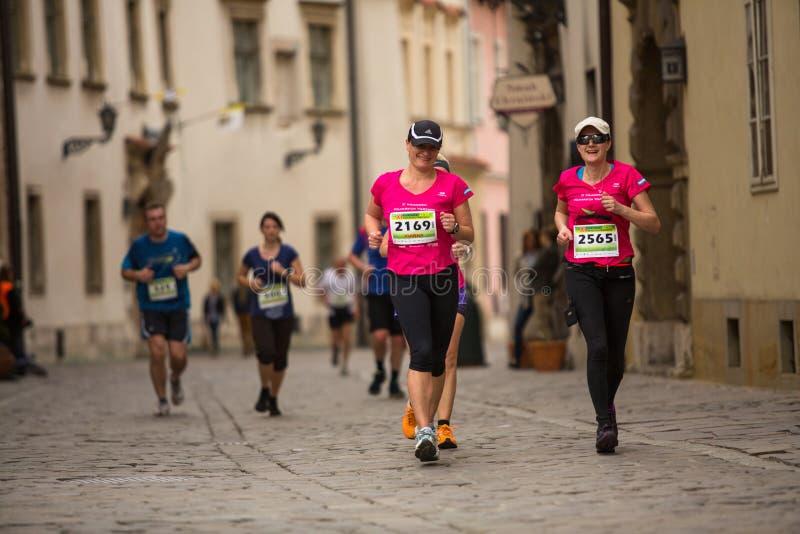 Participantes durante el maratón anual del international de Kraków fotos de archivo libres de regalías
