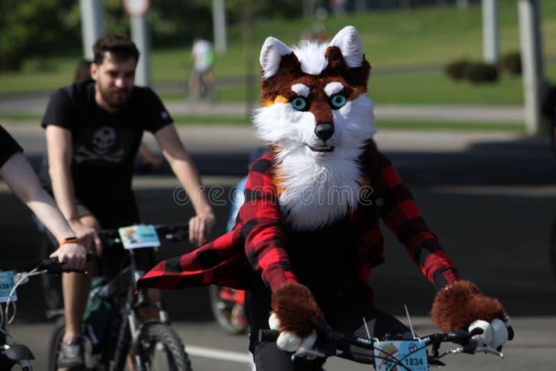 Participantes en el paseo anual del carnaval de los ciclistas a lo largo de la avenida de Pobediteley imágenes de archivo libres de regalías