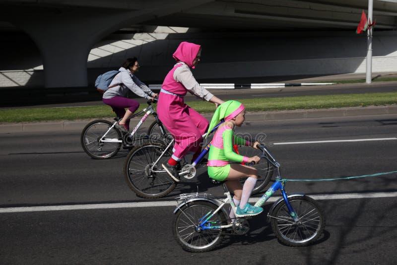 Participantes en el paseo anual del carnaval de los ciclistas a lo largo de la avenida de Pobediteley imagen de archivo