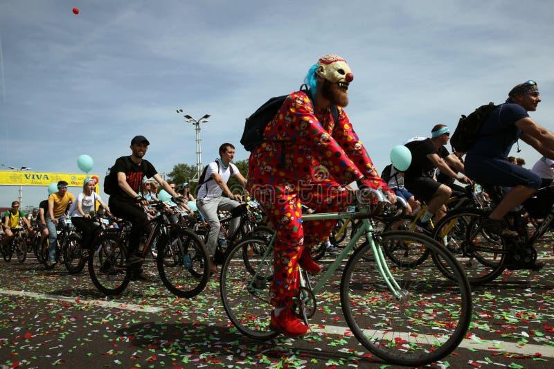 Participantes en el paseo anual del carnaval de los ciclistas a lo largo de la avenida de Pobediteley fotos de archivo