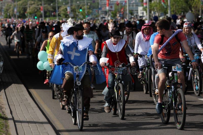 Participantes en el paseo anual del carnaval de los ciclistas a lo largo de la avenida de Pobediteley fotografía de archivo